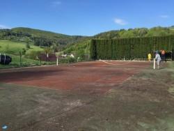 Znečistený tenisový kurt