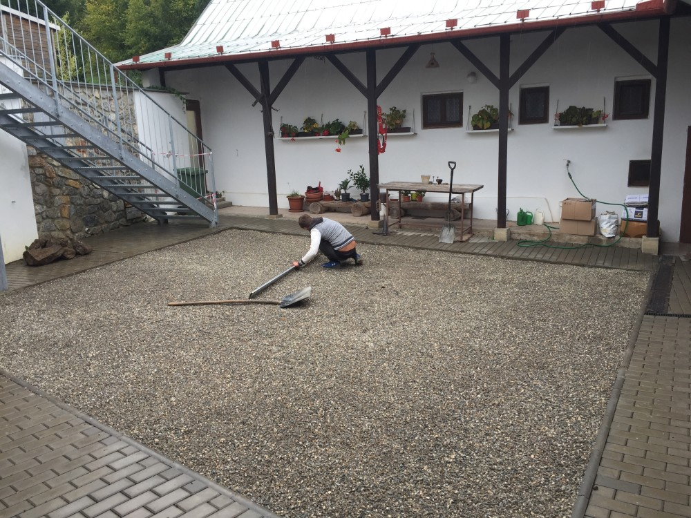 Inštalácia umelého trávnika na dvore