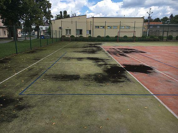 Vyčistenie športoviska v areáli hasičov na Morave