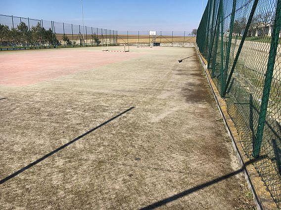 Znečistené syntetické športovisko na Južnej Morave