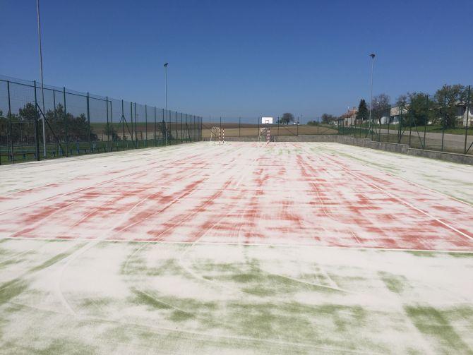 Znečištěné syntetické sportoviště na Jižní Moravě