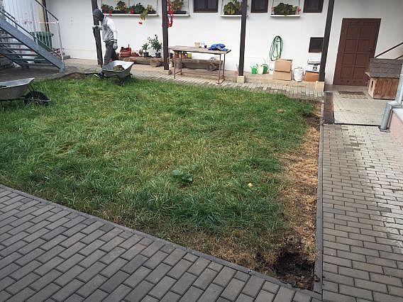 Inštalácia okrasnej umelej trávy na dvore