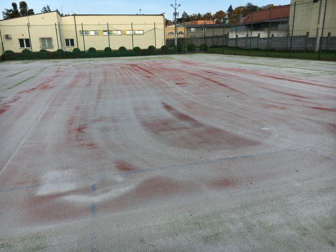 Vyčištění sportoviště v areálu hasičů na Moravě