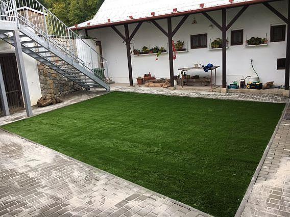Instalace okrasné umělé trávy na dvoře