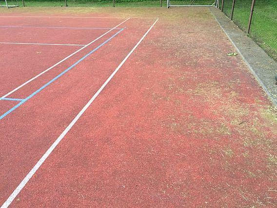 Čištění tartanového povrchu multifunkčního sportoviště