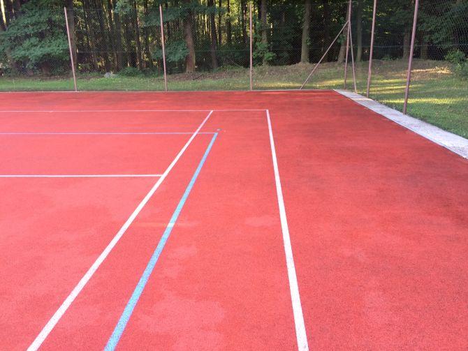 Čistenie tartanového povrchu multifunkčného športoviska