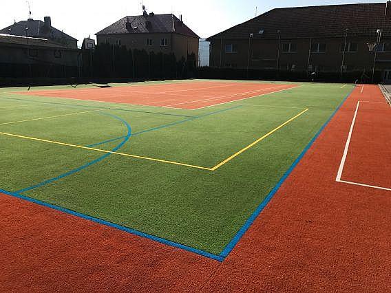 Ztvrdlý povrch sportoviště z umělé trávy jsme navrátili do původního stavu