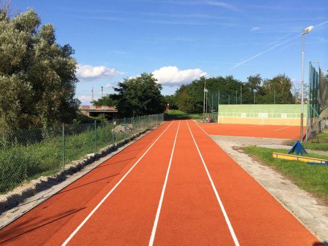 Revitalizace běžecké dráhy z umělé trávy