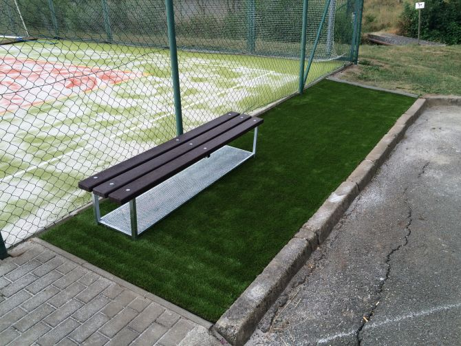 Instalace relaxační zony u sportoviště s umělou trávou