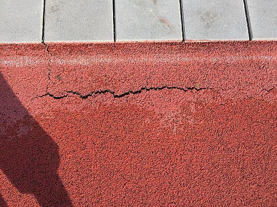 Popraskaný umělý povrch na běžecké dráze