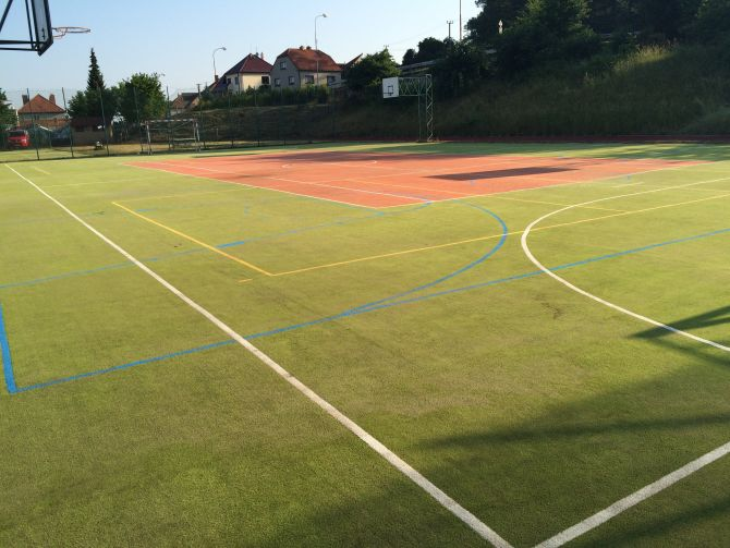 Športový areál pri základnej škole podstúpil revitalizáciu povrchov