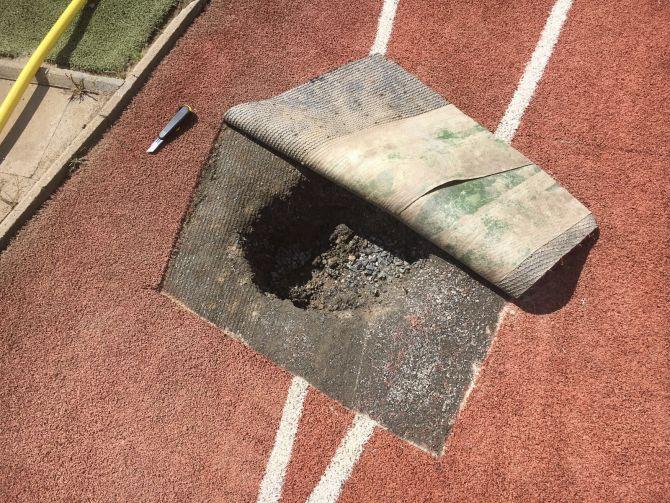 Oprava podložia umelého trávnika na bežeckej dráhe s výplňou kremičitého piesku