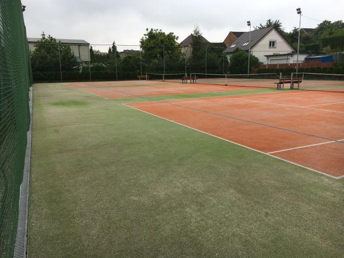 Tri tenisové kurty z umelého trávnika po kompletnom vyčistení