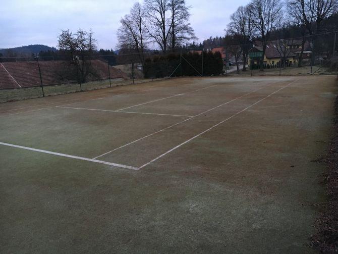 Velmi zhutněná a špinavá umělá tráva na sportovišti