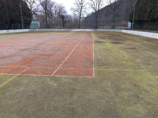 Velmi špinavá umělá tráva na sportovišti - vyčištěna naší firmou