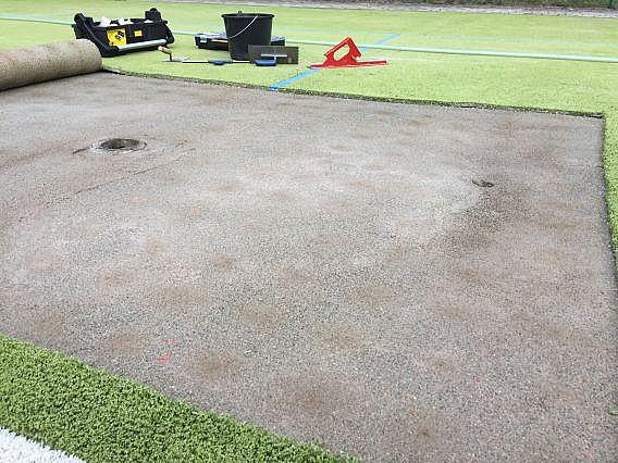 Nerovnost podloží pod umělým trávníkem na sportovišti v okolí sloupků