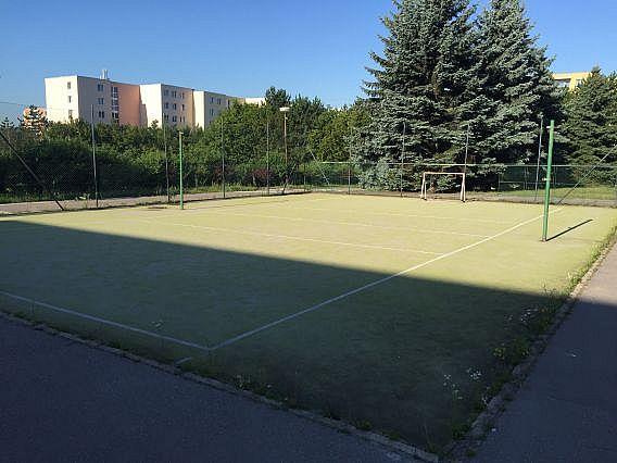 Revitalizace umělého trávníku na malém hřišti u základní školy