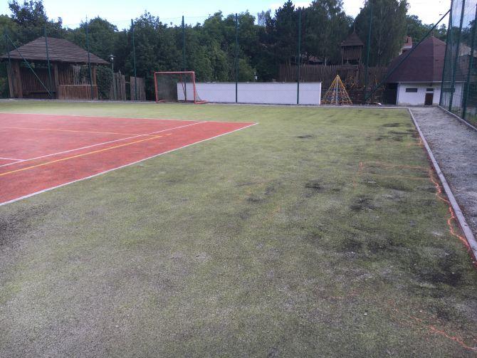 Umělý trávník na multifunkčním sportovišti byl po 8-mi letech velmi znečištěný a zhutněný