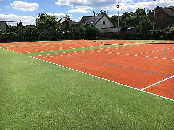 Tři tenisové kurty z umělého trávníku po kompletním vyčištění