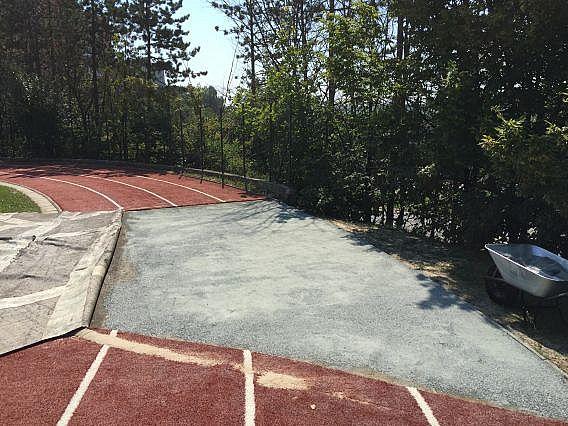 Oprava podloží umělého trávníku na běžecké dráze s výplní křemičitý písek