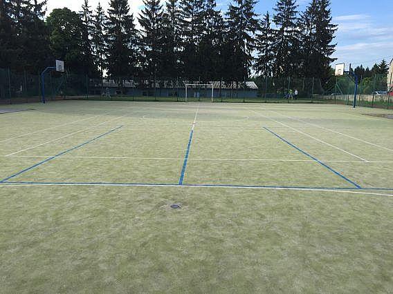 Vyčištěné sportoviště z umělé trávy u základní školy
