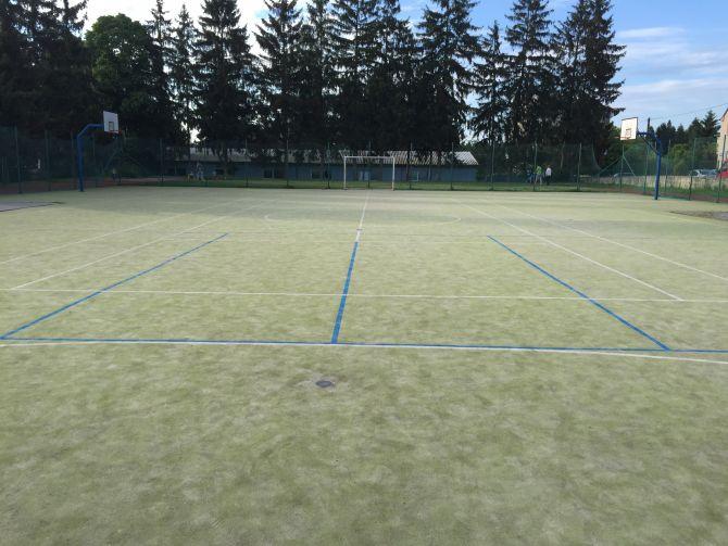 Vyčistené športovisko z umelej trávy pri základnej škole