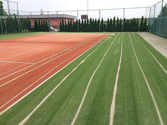 Údržba umělého trávníku tenisového kurtu na Severní Moravě