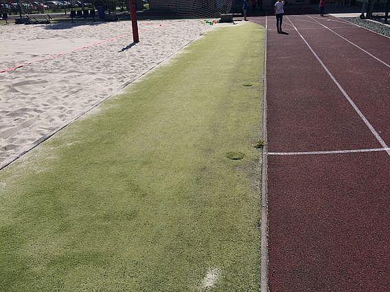 Čištění umělé trávy a tartanové dráhy v Karviné ve sportovním areálu školy
