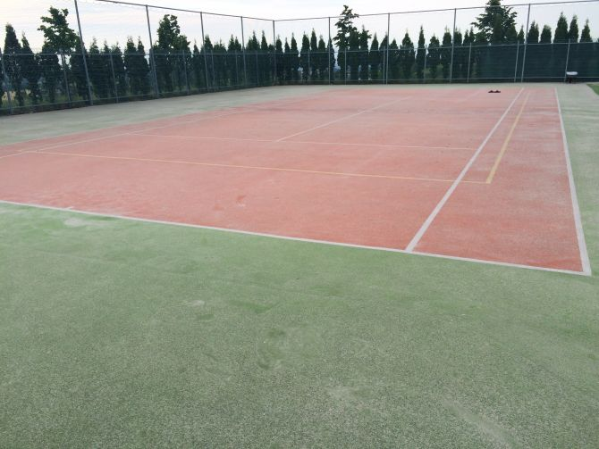 Údržba umelého trávnika tenisového kurtu na Severnej Morave
