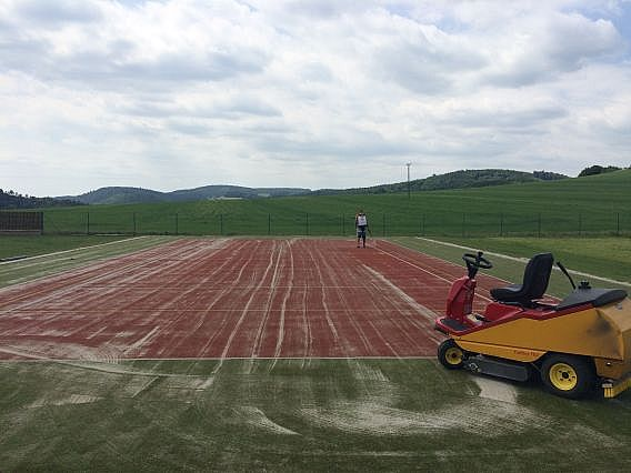 Údržba hřiště s umělým povrchem v Ostravě