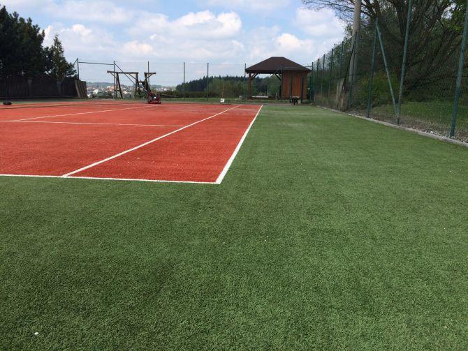 Vyčištěný tenisový kurt u Ostravy