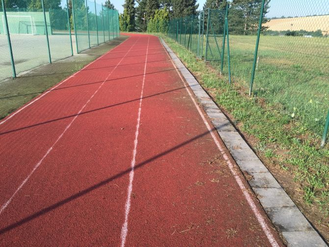 Sportovní areál z umělých povrchů prošel revitalizaci včetně drobných oprav tartanové dráhy